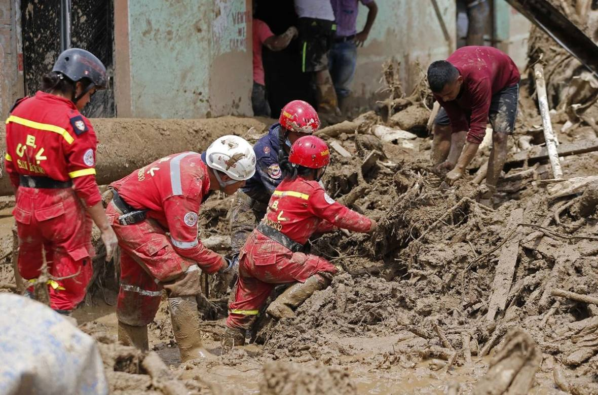 Rescuers searching for survivors after mudslide in Mocoa, Colombia 2017